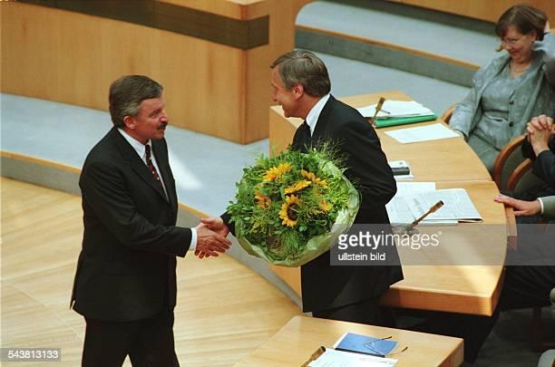 Der FDPPolitiker Mitglied des Landtages von NordrheinWestfalen sowie Landesvorsitzender der FDP Jürgen Möllemann gratuliert dem SPDPolitiker Wolfgang...