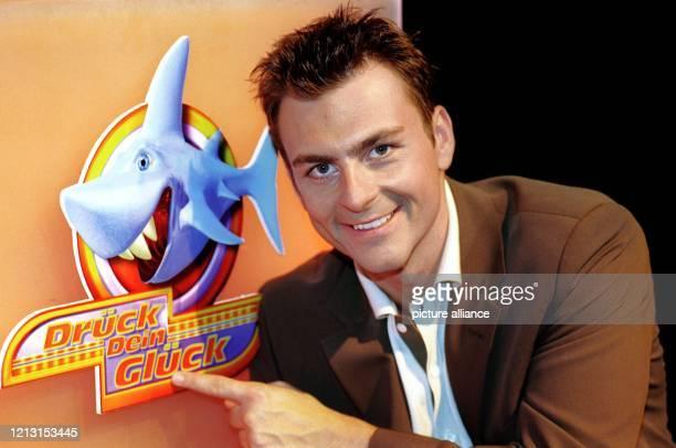 """Der Fernsehmoderator Guido Kellermann posiert am 9.8.1999 in Köln neben dem Logo seiner neuen Game-Show """"Drück Dein Glück"""", die ab dem 16.8.1999 im..."""