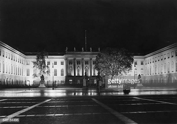 Der festlich beleuchtete Ehrenhof des Gebäudes vor dem Gitter die MarmorDenkmäler für die Brüder Humboldt 30er Jahre Festbeleuchtung Lichteffekte