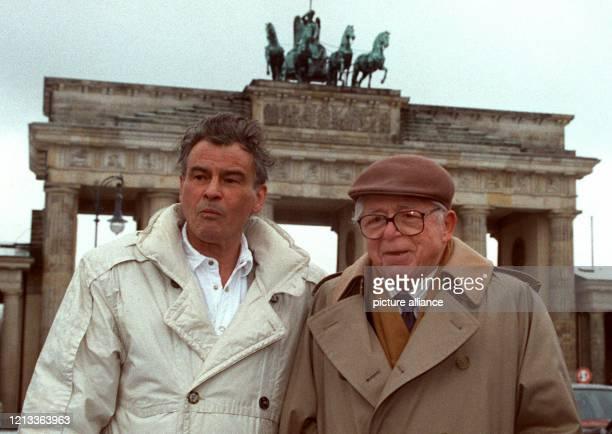 Der Filmregisseur Billy Wilder steht am 21.2.1993 mit dem Schauspieler Horst Buchholz vor dem Brandenburger Tor in Berlin. Buchholz hat die in der...