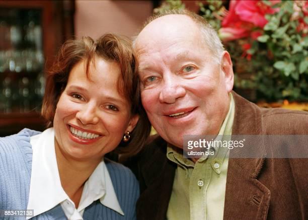 Der Filmregisseur Jürgen Roland mit seiner Tochter Jessica SchellackRoland 1998