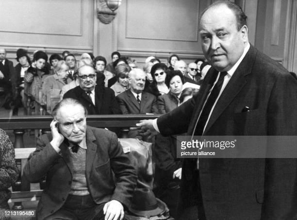 Der Filmregisseur und produzent Robert A Stemmle gibt am 22 Januar 1969 während der Dreharbeiten zu der Fernsehreihe Recht oder Unrecht...