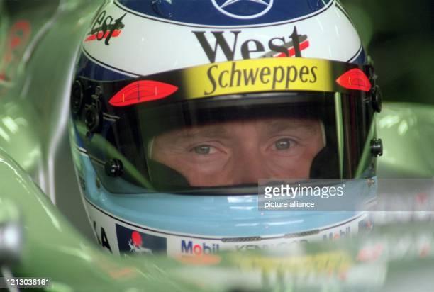 Der finnische Formel 1-Pilot Mika Häkkinen sitzt am 9.2.1999 im Cockpit des neuen McLaren-Mercedes-Rennwagens in Erwartung des Trainingsbeginns auf...