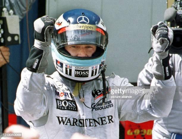 Der finnische McLaren MercedesPilot Mika Häkkinen jubelt am nach seinem Sieg beim Großen Preises von Spanien auf der Rennstrecke Circuit de Catalunya...