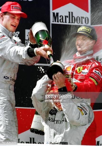 """Der finnische McLaren Mercedes-Pilot Mika Häkkinen wird am nach seinem Sieg beim Großen Preises von Spanien auf der Rennstrecke """"Circuit de..."""