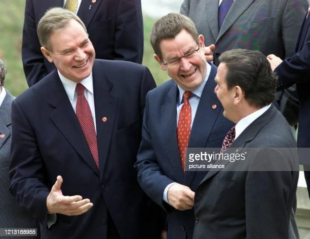 Der finnische Premierminister Paavo Lipponen sein dänischer Amtskollege Poul Nyrup Rasmussen und Bundeskanzler Gerhard Schröder unterhalten sich am...