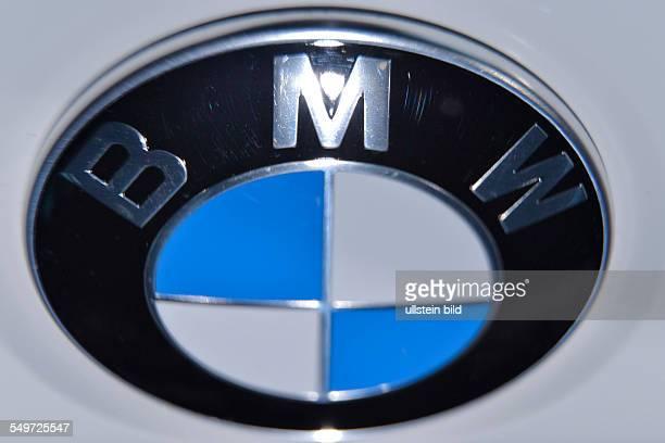 Der Firmenschriftzug BMW auf der Motorhaube eins BMW 3er Grand Turismo waehrend der Bilanzpressekonferenz der BMW Group fuer das Geschaeftsjahr 2012...