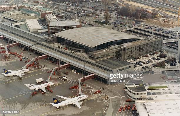 Der Flughafen Hamburg in Fuhlsbüttel Auf dem Rollfeld vor dem Terminal 4 stehen Flugzeuge mit Fluggastbrücken Hamburg Airport Luftaufnahme