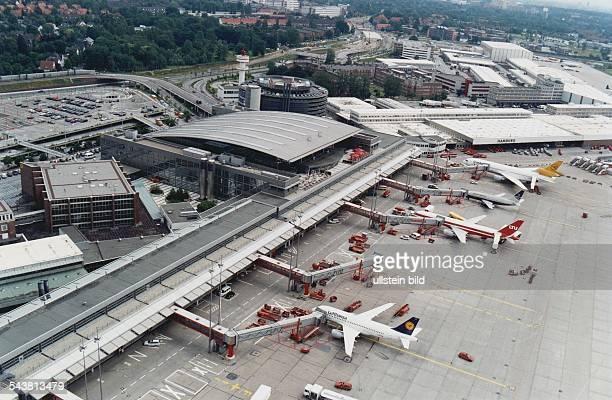 Der Flughafen Hamburg in Fuhlsbüttel mit Parkhaus Rollfeld Terminal 4 und Frachtzentrum Hamburg Airport Luftaufnahme