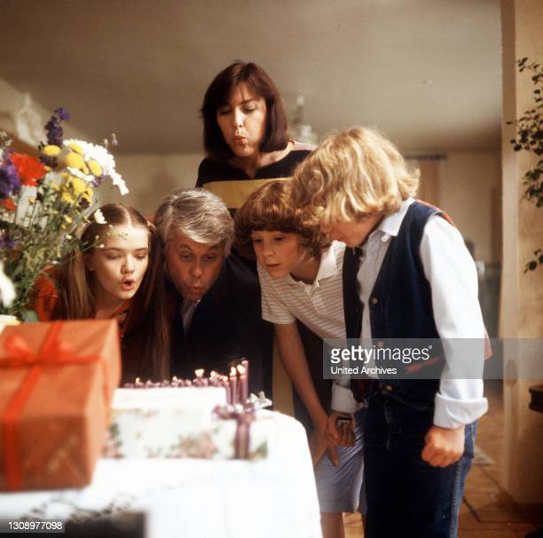 Der fünfzigste Geburtstag / D 1984 / Werner freut sich über die Geburtstagsüberraschung. Szene mit JULIA BIEDERMANN , PETER WECK , THEKLA CAROLA WIED...