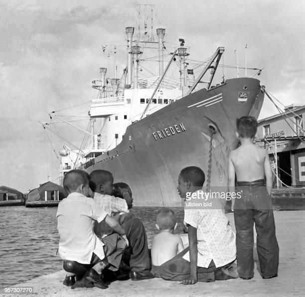 Der Frachter «Frieden» aus der DDR liegt im Hafen von Havanna auf Kuba, eine Gruppe Kinder betrachtet die Hafenszene . Als sich die DDR mit der...