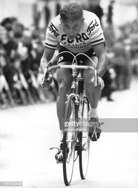 Der Franzose Jacques Anquetil in Aktion beim Großen Radpreis von BadenBaden am 341966 Der als Favorit ins Rennen gegangene Fahrer belegt bei dem...