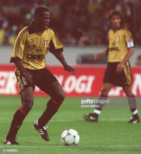 Der französische Abwehrspieler Bruno N'Gotty vom AC Mailand ist am 6.8.1999 in der Leverkusener BayArena in Aktion, wo der italienische...