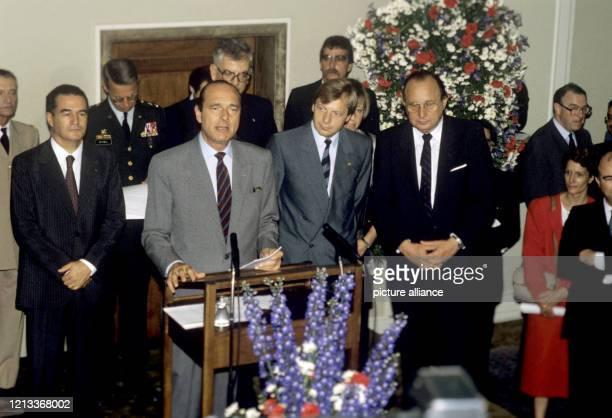 Der französische Premierminister Jacques Chirac als Gast der 750-Jahr-Feier der Stadt Berlin am im Rathaus Schöneberg. Rechts neben Chirac der...