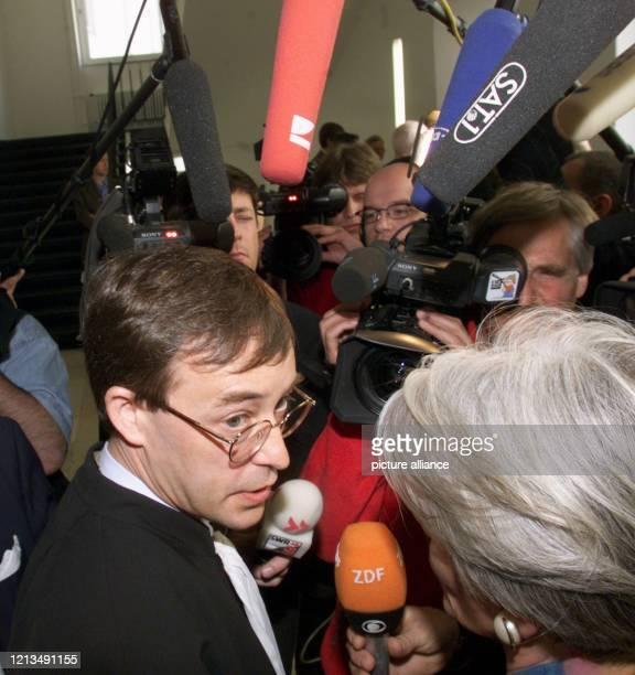 Der französische Rechtsanwalt Antoine Vaast gibt am 30.4.1999 im Landgericht Essen in einer Verhandlungspause Interviews. Vaast vertritt den...
