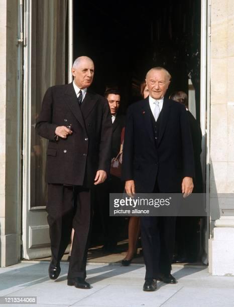 Der französische Staatspräsident Charles de Gaulle und der deutsche Bundeskanzler Konrad Adenauer am 9 Februar 1961 vor dem Pariser Elysee Palast...