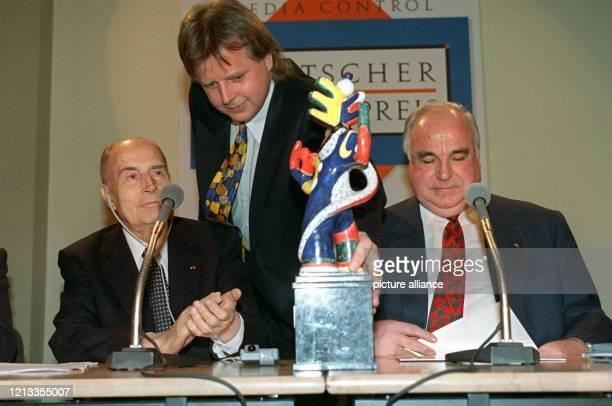 """Der französische Staatspräsident Francois Mitterrand bedankt sich am 25. November 1994 in Baden-Baden für die Verleihung des """"Deutschen Medienpreis..."""