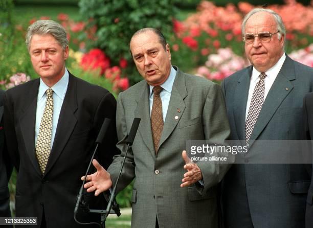 Der französische Staatspräsident Jacques Chirac Bundeskanzler Helmut Kohl und der USPräsident Bill Clinton am 2861996 während des Wirtschaftsgipfels...
