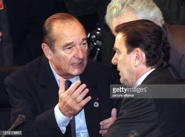Der französische Staatspräsident Jacques Chirac unterhält sich am 2531999 auf dem EUSondergipfel in Berlin mit Bundeskanzler Gerhard Schröder Die...