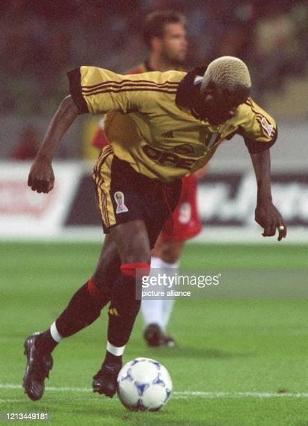 Der französische Stürmer Ibrahim Ba vom AC Mailand führt den Ball am 6.8.1999 in der Leverkusener BayArena, wo der italienische Fußballmeister ein...