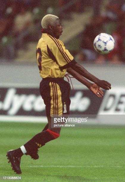 Der französische Stürmer Ibrahim Ba vom AC Mailand stoppt den Ball mit der Brust. Er ist am 6.8.1999 in der Leverkusener BayArena in Aktion, wo der...