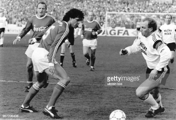 Der frühere deutsche Nationalspieler Uli Hoeneß versucht den früheren österreichischen Auswahlverteidiger Bruno Pezzey auszuspielen. Der Engänder...