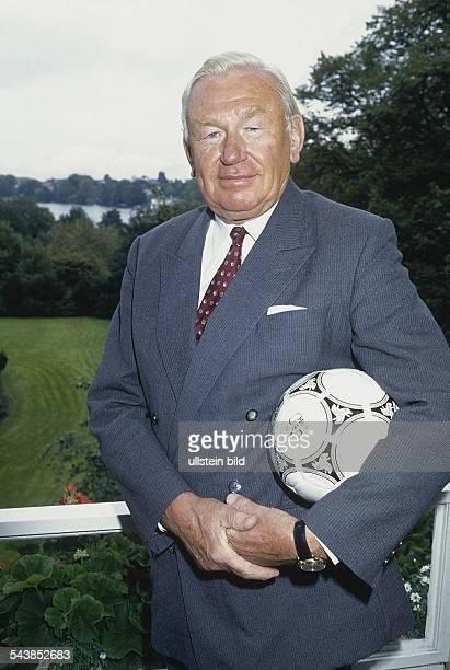 Der frühere Leiter der MercedesBenzNiederlassung in Hamburg und Bewerber auf das Präsidentenamt beim FußballBundesligisten Hamburger SV Joachim Dege...