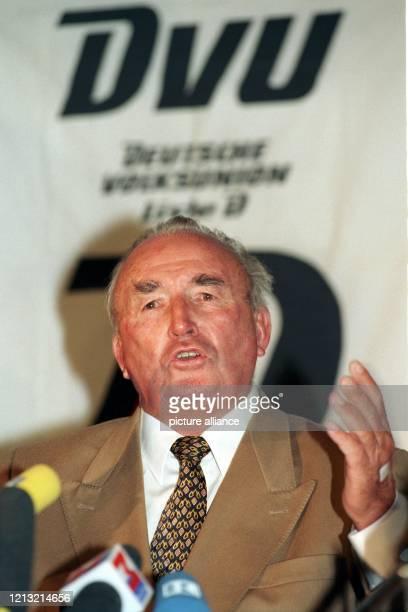Der frühere RepublikanerChef Franz Schönhuber erklärt am auf einer Pressekonferenz in München daß er als Unabhängiger auf der Liste der...