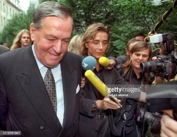 Der frühere Vorstandssprecher der Deutschen Bank, Hilmar Kopper, auf dem Weg zum Gericht in Frankfurt, wo er am 30.9.1997 als Zeuge im Prozeß gegen...