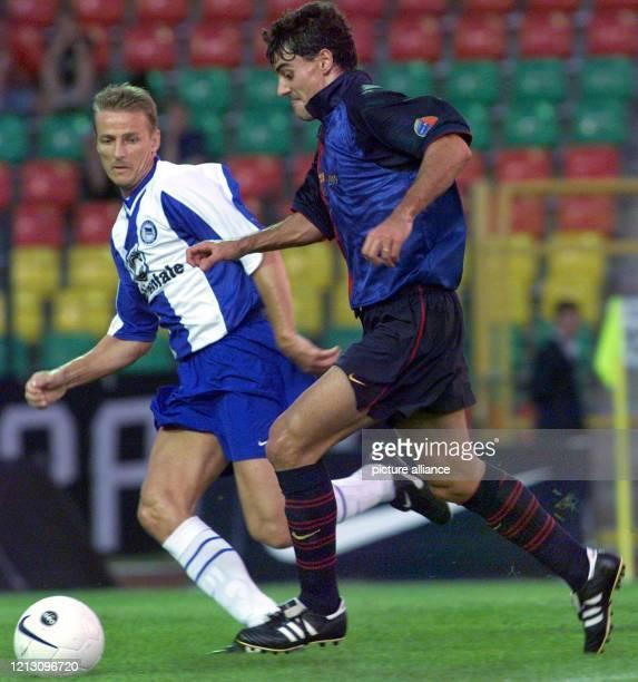 Der Fußballer Dani vom FC Barcelona versucht den Berliner Eyjölfur Sverrisson zu überlaufen. Die Fußball-Bundesligamannschaft Hertha BSC gewinnt am...