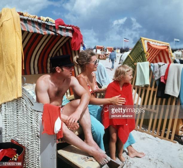 Der Fußballer Uwe Seeler mit seiner Ehefrau Ilka und Tochter Helle in einem Strandkorb auf Helgoland. Der Fußballer folgte mit seiner Familie einer...