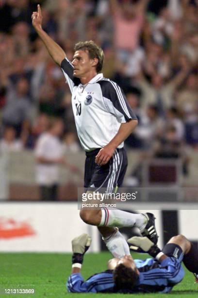 Der Fußball-Nationalstürmer Alexander Zickler jubelt am Abend des 16.8.2000 im Niedersachsenstadion von Hannover nach seinem Tor zum 4:0 für die...