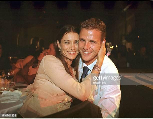 Der Fußballspieler Oliver Bierhoff vom AC Mailand in Umarmung mit Freundin Klara Szalantzy