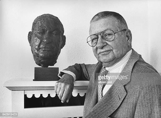 Der Galerist und Kunsthändler Michael Hauptmann Enkel von Gerhart Hauptmann mit einer Büste von E Augustin Aufgenommen August 1995