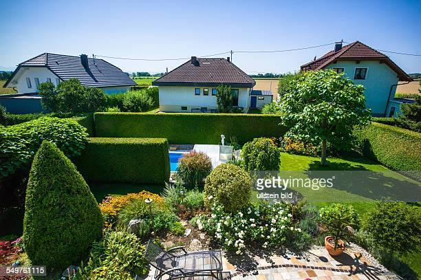 Der Garten mit Schwimmbad eines Einfamilienhauses