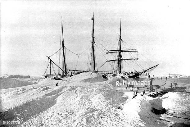Der Gauss das Schiff der DrygalskiExpedition im Meereis nach einem Schneesturm 95 Kilometer von der Küste des KaiserWilhelmLandes Südpol 1902