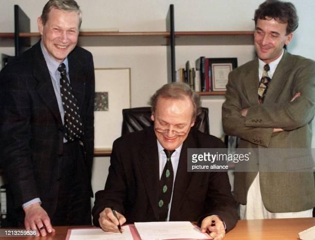 Der Generalsekretär des Goethe-Instituts, Joachim Sartorius , und die Geschäftsführer der Arte Deutschland TV GmbH, Klaus Wenger und Hans-Günther...