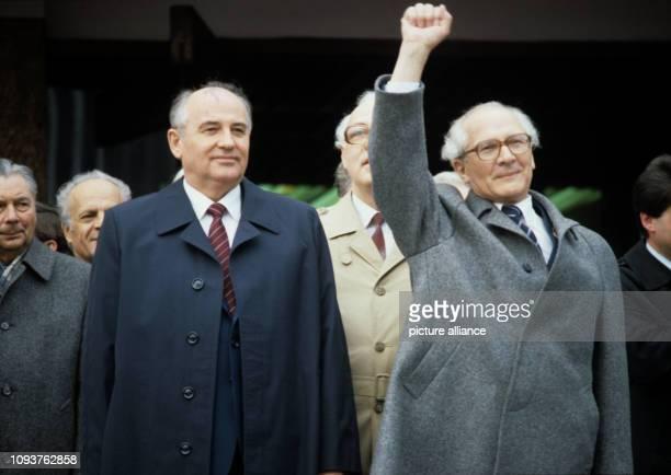 ARCHIV Der Generalsekretär des ZK der SED und Vorsitzende des Staatsrates der DDR Erich Honecker mit zum Kampfgruß der Partei der Arbeiterklasse...