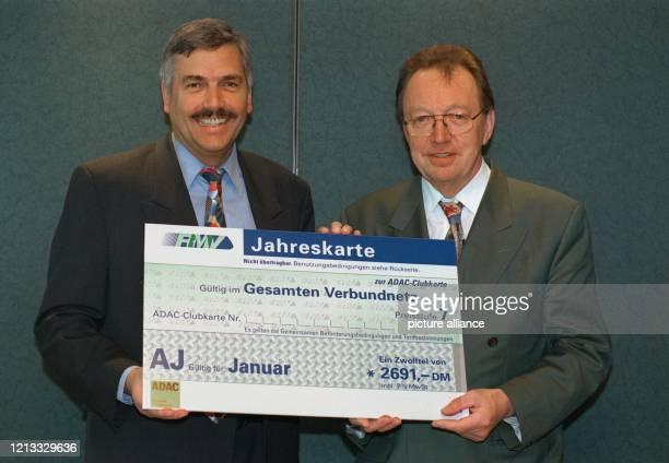 Der Geschäftsführer des Rhein-Main-Verkehrsverbundes , Volker Sparmann, und der Vorsitzende des ADAC Hessen-Thüringen, Erhard Oehm , stellen am...
