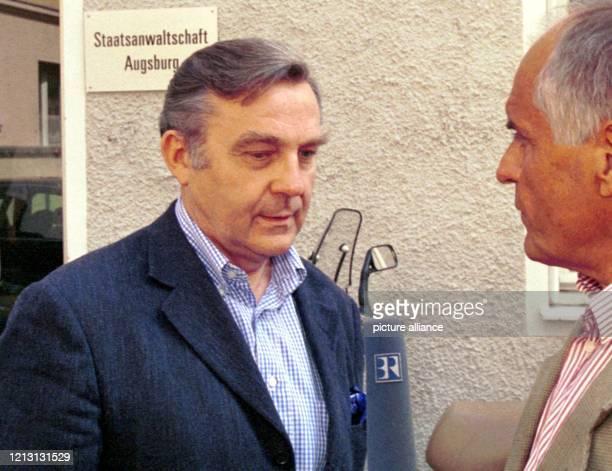 Der Geschäftsmann Dieter Holzer gibt am 2882000 vor einem Gebäude der Staatsanwaltschaft Augsburg ein Interview Holzer der in die Leuna Affäre...