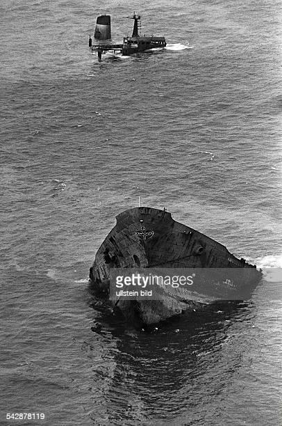 der gesunkene Tanker Amoco Cadiz vorPort Sall an der Küste der Bretagne 1978