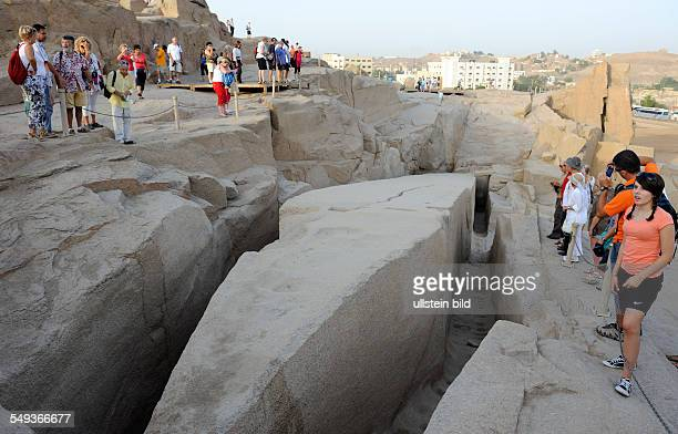Der gewaltige unvollendete Obelisk der Königin Hatschepsut im antiken Rosengranitsteinbruch von Assuan