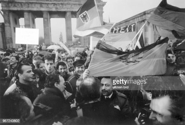 Der Grenzübergang am Brandenburger Tor in Berlin wird am geöffnet und die Menschen aus Ost und West feiern dieses Ereignis ausgelassen. Nach vielen...