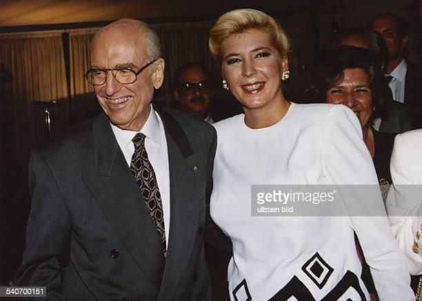 Der griechische Ministerpräsident Andreas Papandreou mit seiner Frau Dimitra nach seiner Wiederwahl 1993