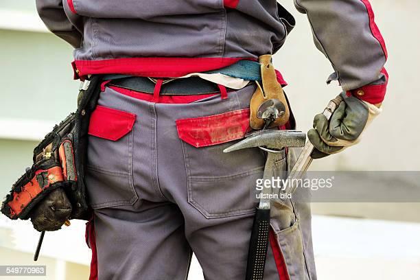 Der Gürtel mit Werkzeug eines Bauarbeiters auf einer Baustelle