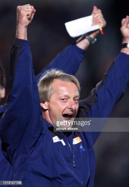 Der Hachinger Trainer LorenzGünther Köstner reißt nach dem Schlußpfiff jubelnd die Arme hoch und schreit seine Freude heraus Am 2 Spieltag der...
