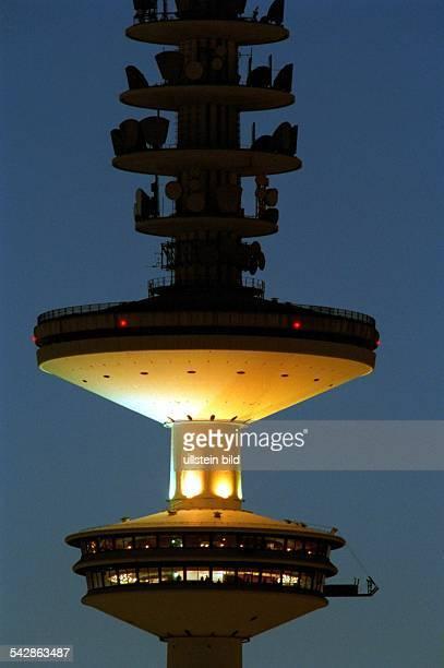 Der Hamburger Fernsehturm HeinrichHertzTurm mit Beleuchtung in der Abenddämmerung Aufnahmedatum2000