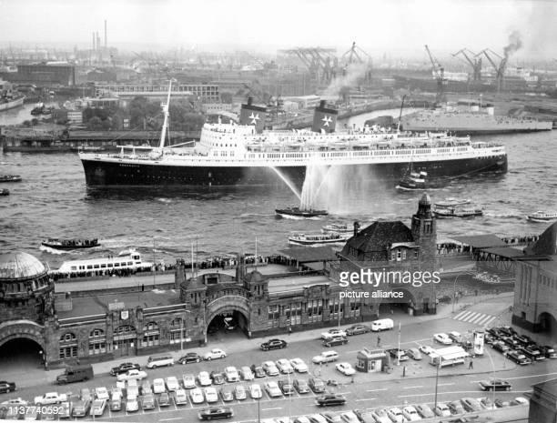 Der Hamburger Luxusliner Hanseatic der HamburgAtlantikLinie am 9 Mai 1964 zum Abschluß der Feier zum 775jährigen Geburtstag des Hamburger Hafens Am...