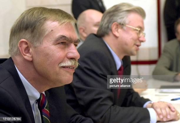 Der hessische Ministerpräsident Roland Koch stellt am 8.9.2000 in Wiesbaden den neuen Leiter der hessischen Staatskanzlei Jochen Riebel vor. Der...