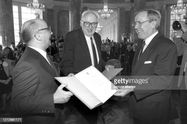 Der hessische Ministerpräsident Walter Wallmann zeichnet am in Wiesbaden den aus Magdeburg stammenden Schriftsteller und Literaturwissenschaftler...